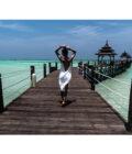 девушка спиной на мосту на фоне океана