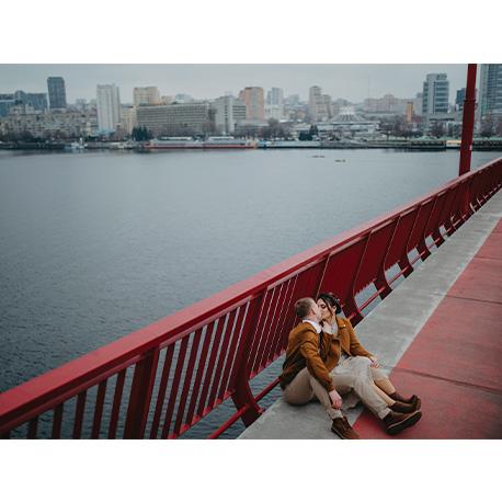 молодая пара на мосту на фоне города