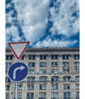 дорожные знаки на фоне здания