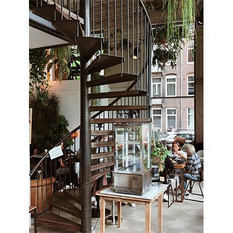 закрученная лестница в кафе